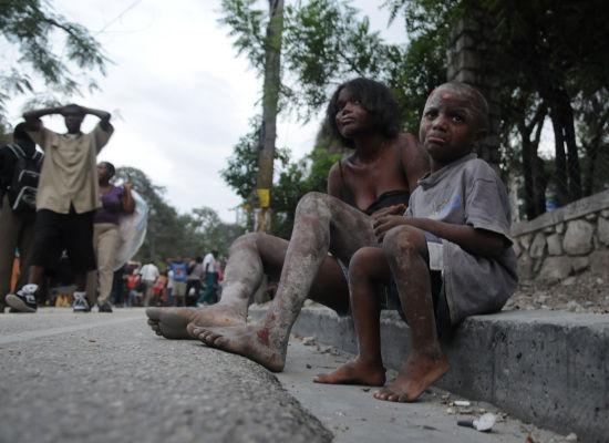Depremden sonra evsiz kalan haitili çocuklar